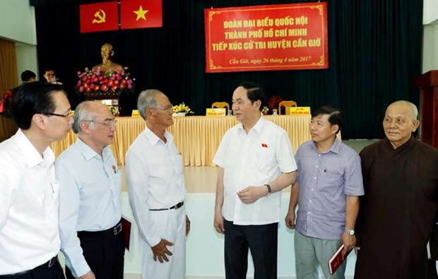 President meets Can Gio district's constituents hinh anh 1