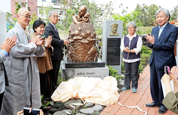 """Vietnam Pieta"" statue unveiled on Jeju Island hinh anh 1"