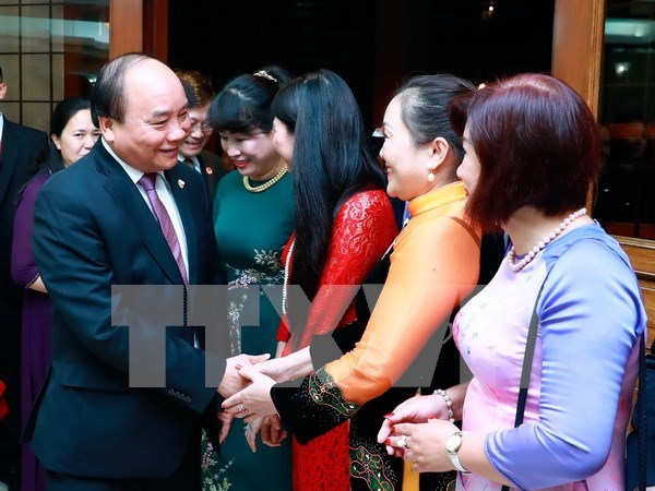 PM visits embassy, overseas Vietnamese in Philippines hinh anh 1