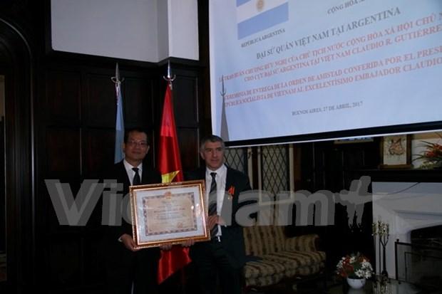 Vietnam presents Friendship Medal to former Argentinean Ambassador hinh anh 1