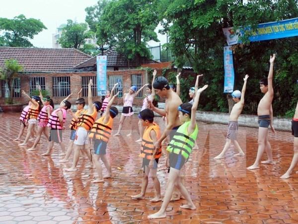 Da Nang works to teach children to swim hinh anh 1