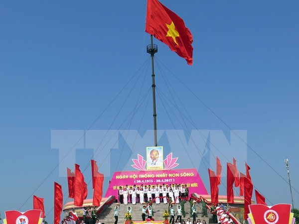 Art performance in Quang Tri marks National Reunification Day hinh anh 1