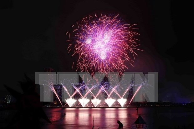 Da Nang shines on fireworks festival's opening night hinh anh 1