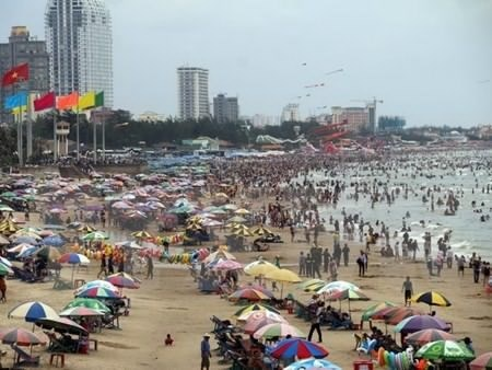 Beaches, eco-tourism spots packed with holiday revellers hinh anh 1