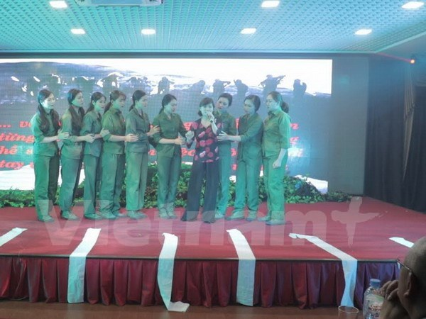 Vietnamese army art troupe performs in Russia hinh anh 1