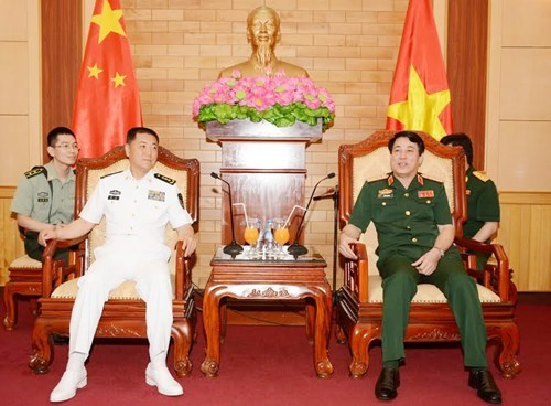 Army top official receives Chinese naval commissar hinh anh 1