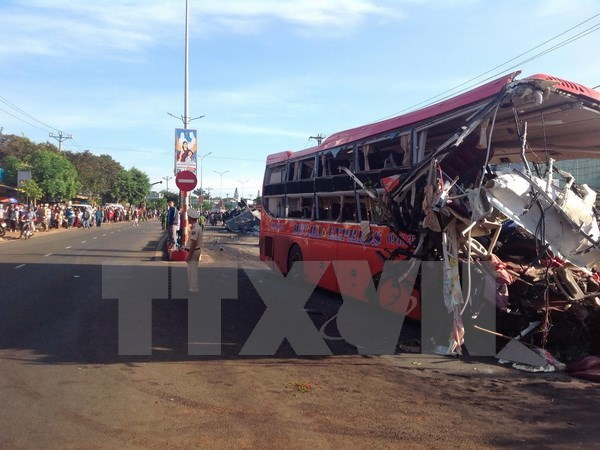Deputy PM directs support for victims in truck-coach crash hinh anh 1
