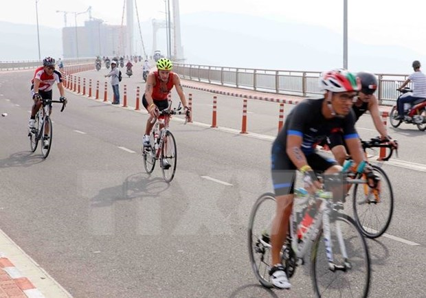 Nearly 1,400 ironmen compete in Da Nang hinh anh 1