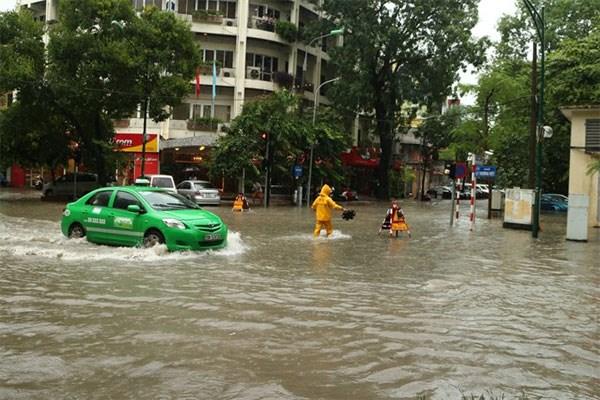 Hanoi's flooding hotpots galore, officials warn hinh anh 1
