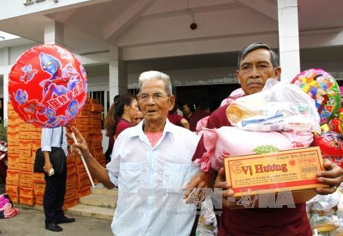Vinh Long offers 1,000 gifts to AO victims, vision-impaired hinh anh 1