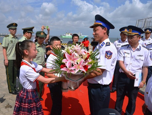 Vietnam Coast Guard ship continues exchange activities in Hainan hinh anh 1