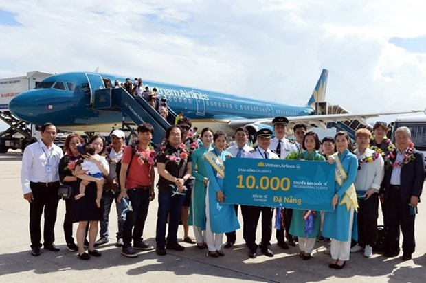 Vietnam Airlines celebrates 10,000th int'l flight to Da Nang hinh anh 1