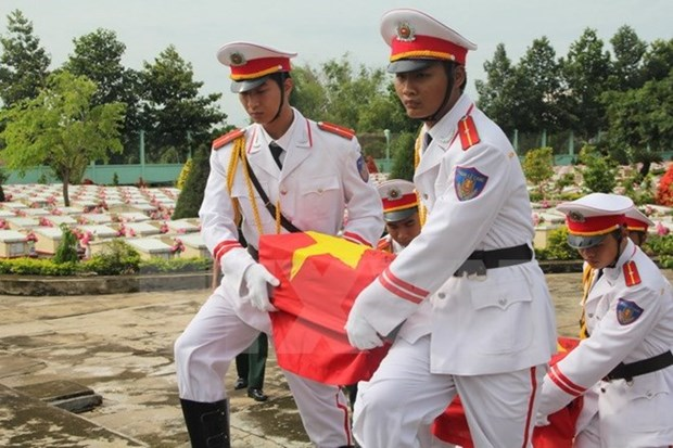 Remains of 107 martyrs repatriated from Laos reburied in Nghe An hinh anh 1
