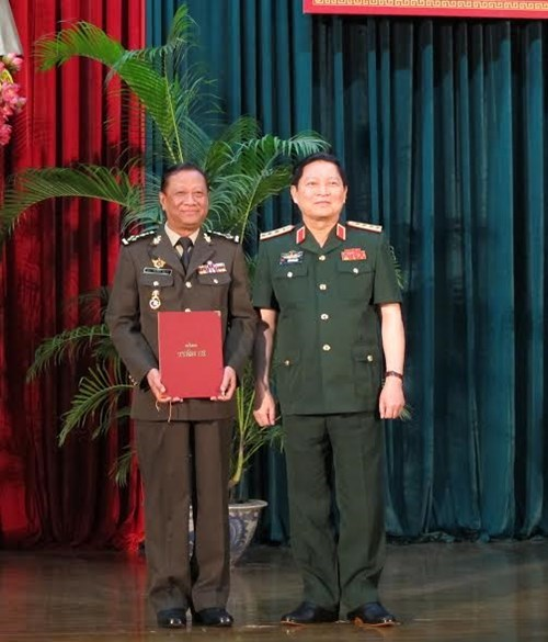 Cambodian generals get PhD degrees in Vietnam hinh anh 1