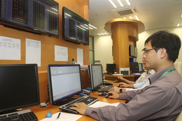 VN Index ends flat on profit gains hinh anh 1