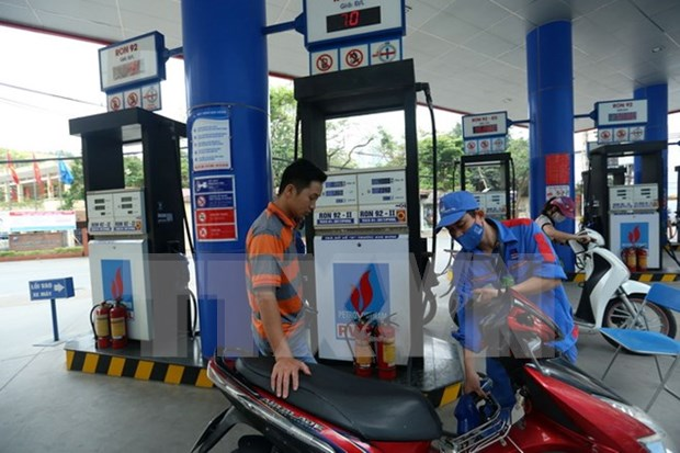 State budget faces deficit as fuel import tax cut down hinh anh 1
