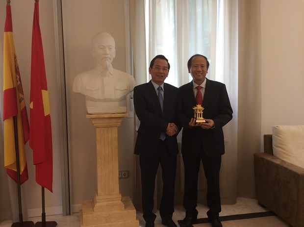 Hanoi's front officials visit Switzerland and Spain hinh anh 1