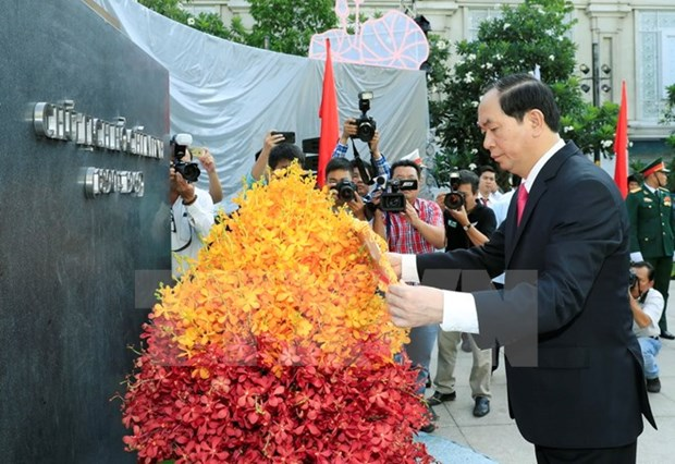 State leader pays homage to late President Ho Chi Minh hinh anh 1