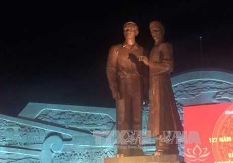 Monument of Ho Chi Minh and his father inaugurated in Binh Dinh hinh anh 1