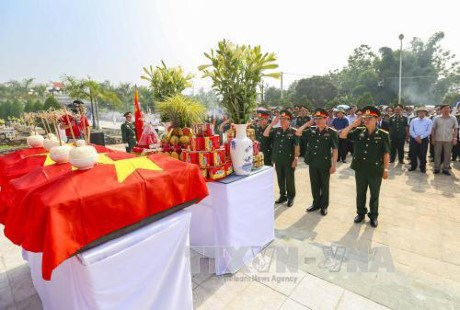 Dien Bien repatriates remains of voluntary soldiers from Laos hinh anh 1