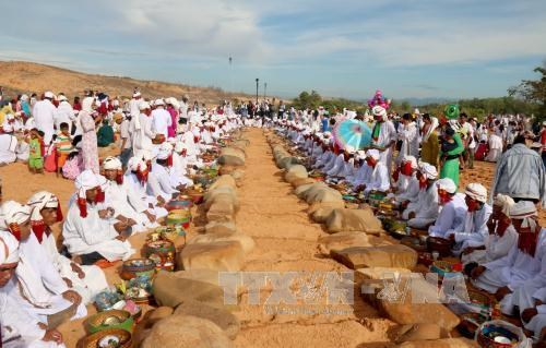 Binh Thuan: Cham Bani people celebrate Ramuwan festival hinh anh 1