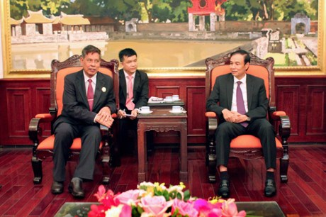 Cambodian front official meets with Hanoi officials hinh anh 1