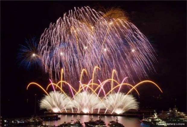 Spectacular light feast at Da Nang int'l fireworks festival hinh anh 1