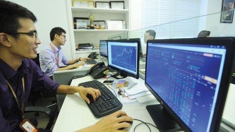 Financial stocks boost Vietnam market hinh anh 1