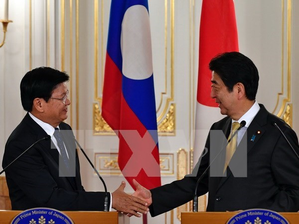 Japanese, Lao PMs hold talks on joint development plan hinh anh 1