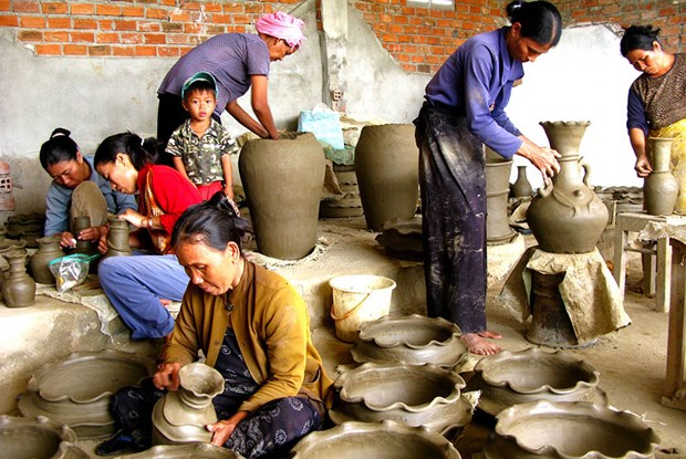 Khanh Hoa: ceramic, brocade exhibition highlights Cham culture hinh anh 1