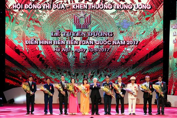 400 role models nationwide commended at Hanoi ceremony hinh anh 1
