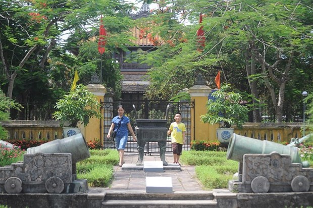Indecent clothing banned at Hue monuments hinh anh 1