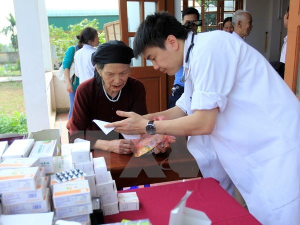 Pilot project sends doctors to poor districts hinh anh 1