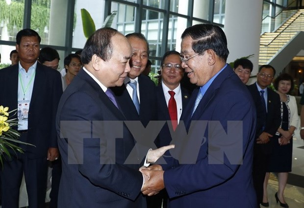 Vietnamese, Cambodian PMs discuss cooperation measures hinh anh 1