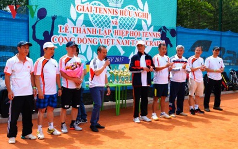 Tennis tournament connects OVs in Ukraine hinh anh 1