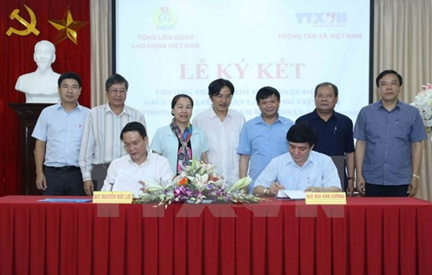 Labour Confederation, Vietnam News Agency ink cooperation deal hinh anh 1