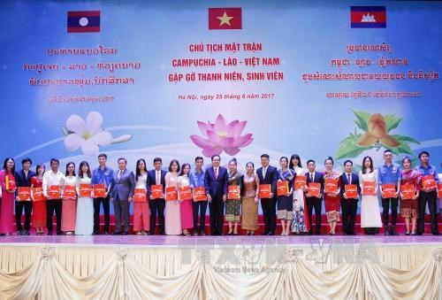 Vietnam, Laos, Cambodia front chiefs meet outstanding students hinh anh 1