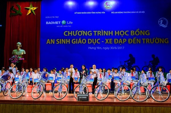 Vice President presents gifts to poor students in Hung Yen hinh anh 1