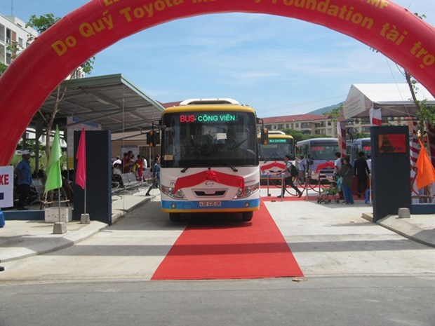Da Nang debuts new public bus route hinh anh 1