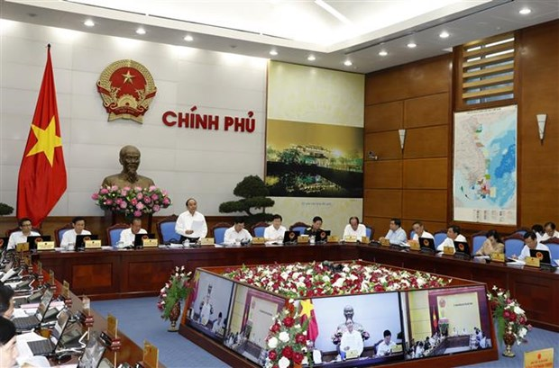 Government's regular meeting discusses socio-economic situation in H1 hinh anh 1