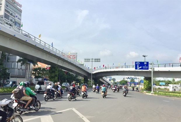 Flyover leading to HCM City airport completed 2 months early hinh anh 1