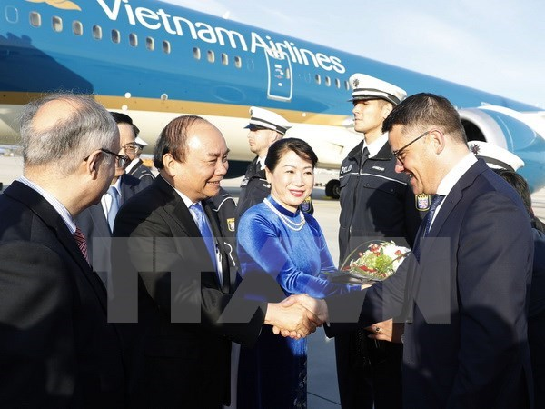 PM Nguyen Xuan Phuc arrives in Frankfurt, begins Germany tour hinh anh 1