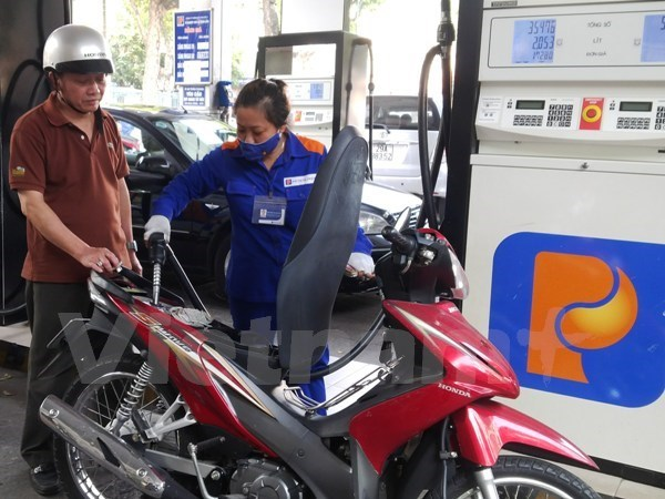 Petrol prices drop by over 400 VND per litre hinh anh 1