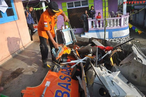 All five people on board crashed Indonesian plane confirmed dead hinh anh 1