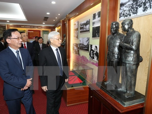 Party leader commemorates late General Nguyen Chi Thanh hinh anh 1