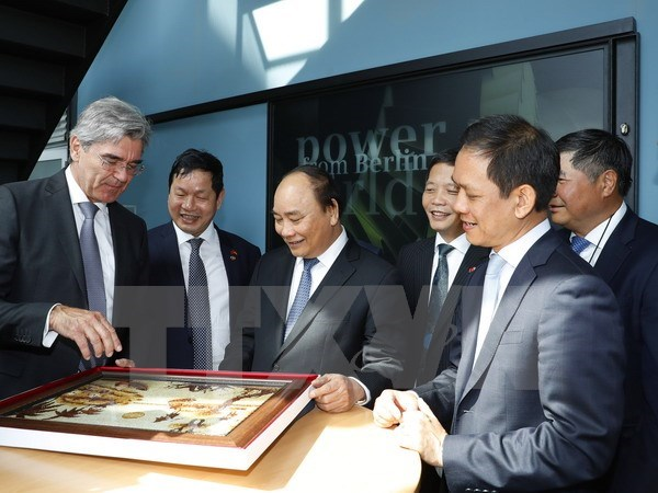 PM Nguyen Xuan Phuc meets Berlin Mayor hinh anh 1
