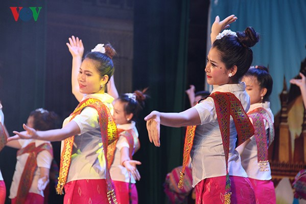 Folk music, fashion show in celebration of Vietnam-Laos ties hinh anh 1