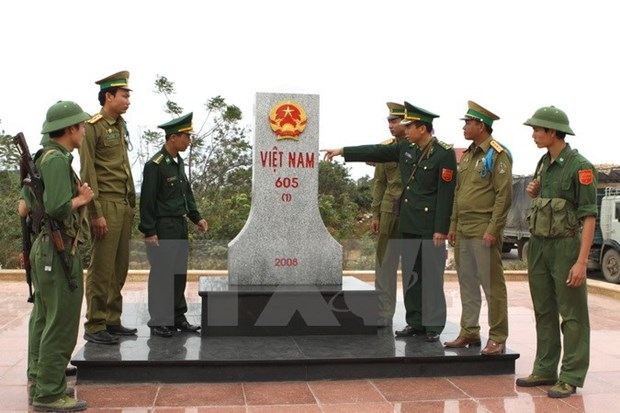 Vietnamese, Lao provinces jointly build peaceful borderline hinh anh 1