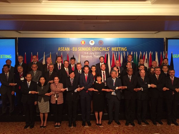 EU supports ASEAN's central role in forming regional structure in East Asia hinh anh 1