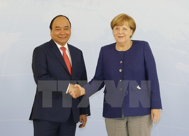 Prime Minister Nguyen Xuan Phuc talks with German counterpart hinh anh 1